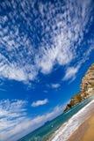 Zandig strand langs de kust Stock Foto