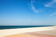 Zandig strand met bestrating, Ras Tanura, Saudi-Arabië stock foto's