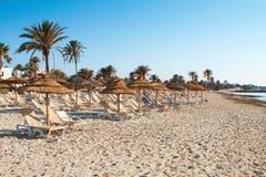 Zandig strand met deckchairs en parasols Royalty-vrije Stock Foto