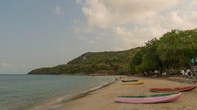 Zandig strand met een kajak op een toevlucht Royalty-vrije Stock Foto's