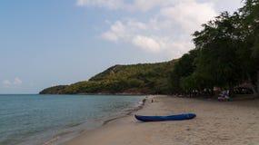 Zandig strand met een kajak op een toevlucht Stock Afbeeldingen