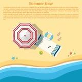 Zandig strand met een paraplu en strandtoebehoren Hoogste mening Su Royalty-vrije Stock Fotografie