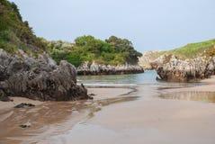 Zandig strand met karstic vormingen stock afbeeldingen