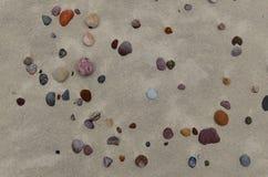 Zandig strand met kleine kiezelstenen Stock Foto's