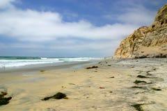 Zandig strand met klippen dichtbij San Diego, Californië Stock Afbeelding
