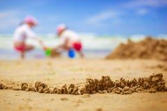 Zandig strand met onduidelijk beeldoverzees op achtergrond Stock Foto
