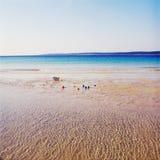 Zandig strand met stuk speelgoed ballen Stock Fotografie