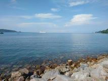 Zandig strand met witte shells in Phuket stock fotografie