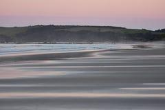 Zandig strand na zonsondergang Royalty-vrije Stock Afbeelding
