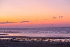 zandig strand op de kust in de avond Royalty-vrije Stock Foto's