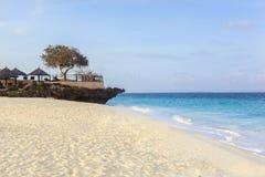 Zandig strand op een tropisch eiland royalty-vrije stock foto's