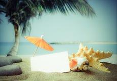 Zandig strand op een tropische kust Stock Afbeelding