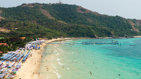 Zandig strand op eiland in Thailand Stock Foto