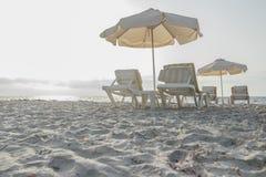 Zandig strand op Grieks Kos-eiland met parasols en Royalty-vrije Stock Foto
