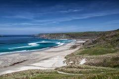 Zandig strand op kust van Cornwall, Engeland Royalty-vrije Stock Afbeelding