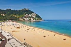 Zandig strand van La Concha in San Sebastian, Spanje stock afbeelding