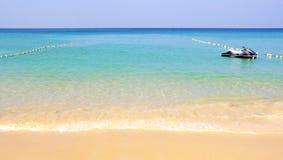 Zandig strand van overzees Stock Afbeelding