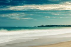 Zandig tropisch strand met lange blootstelling royalty-vrije stock foto's