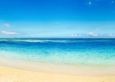 Zandig tropisch strand Mooi landschap stock foto's