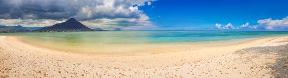 Zandig tropisch strand Mooi landschap Panorama stock afbeelding