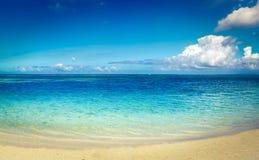 Zandig tropisch strand Mooi landschap Panorama royalty-vrije stock afbeeldingen