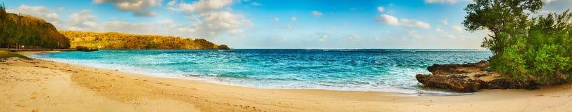 Zandig tropisch strand Panorama stock afbeeldingen