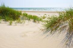 Zandige duinen op een strand van Jurmala. Stock Foto's