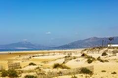 Zandige duinen van het strand in Tarifa Stock Foto