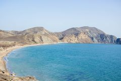 Zandige heuvels met turkooise overzees en blauwe hemel stock afbeeldingen