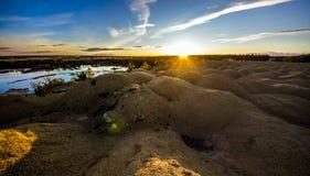 Zandige heuvels op de zonsondergang Meer in de Zandige canion Warme kleurenachtergrond Gele zandsteen geweven berg, wit dun zand  stock afbeeldingen