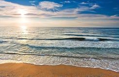 zandige kust en de zon Royalty-vrije Stock Afbeelding