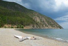 Zandige kust van Sukhaya - Droge Inham vóór onweersbui Meer Baikal Stock Afbeeldingen
