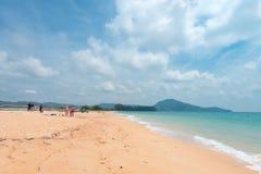 Zandige lange Mai Khao Beach op Phuket-eiland Stock Afbeelding