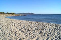 Zandige strand en berg Stock Foto's