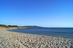 Zandige strand en berg Stock Afbeeldingen