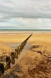 Zandige strand en golfbreker Royalty-vrije Stock Foto