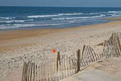 Zandige strand en oceaan royalty-vrije stock afbeelding