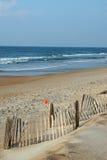 Zandige strand en overzees stock foto's