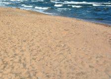 Zandige strand en overzees stock foto