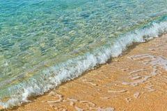 Zandige strand en overzeese golven Stock Foto's