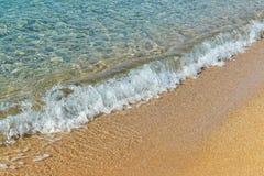 Zandige strand en overzeese golven Stock Afbeeldingen
