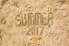 Zandige strandclose-up, de achtergrond van het Zeekustzand De tekstzomer van 2017 Royalty-vrije Stock Afbeeldingen
