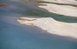 Zandige stranden op langzame sectie van rivier Rijn boven Oberwesel, Duitsland Stock Foto's
