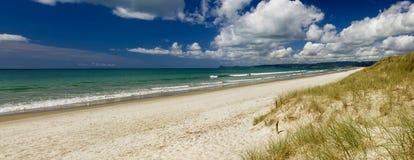 Zandige stranden, Nieuw Zeeland Stock Afbeeldingen