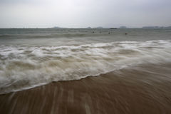 Zandige strandgolf bij dongshandaoeiland, China Stock Foto