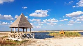Zandige strandhut en golven royalty-vrije stock afbeeldingen