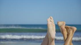 Zandige voeten bij het oceaanstrand Royalty-vrije Stock Foto's