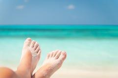 Zandige voeten op het strand Royalty-vrije Stock Fotografie