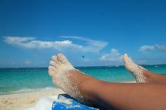 Zandige voeten op het strand Royalty-vrije Stock Foto