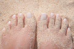 Zandige voeten op het strand Royalty-vrije Stock Afbeelding